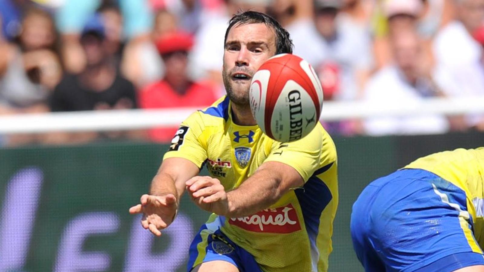Morgan Parra effectue une passe lors de la premiére journée du top 14 rugby
